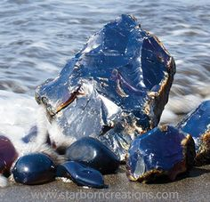 Blue Sumatra Amber Rough and Tumbled Corazón del mar 💙 Minerals And Gemstones, Rocks And Minerals, Natural Crystals, Stones And Crystals, Gem Stones, Blue Amber, Mineralogy, Rock Collection, Beautiful Rocks