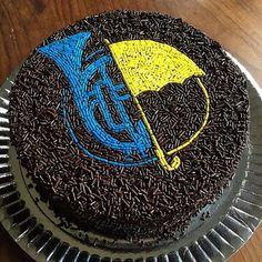 Alguém providencia um desses sem glúten e sem lactose por gentileza??  . .   #TimelineAcessivel #PraCegoVer  Imagem de um bolo de chocolate com confeitos de trompete azul e guarda chuva amarelo de How I Met Your Mother  como não amar??    #coxinhanerd #nerd #geek #geekstuff #geekart #nerdquote #geekquote #curiosidadesnerds #curiosidadesgeeks #coxinhanerd #coxinhaseries #series #seriados #viciadosemseries #dicadeserie #himym #howimetyourmother #tedmosby #robinscherbatsky Mother Birthday, 18th Birthday Party, Birthday Party Themes, How I Met Your Mother, Robin Scherbatsky, Bithday Cake, Ted Mosby, Hymen, Yellow Umbrella