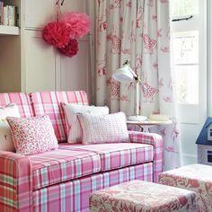 divano e tendaggio coordinati realizzati con tessuti della Clarke & Clarke collezione StorYbook