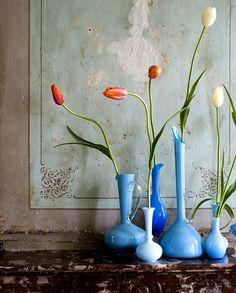 blue glass vases, patina on wall, spare floral arrangement Blue Bottle, Deco Design, Bud Vases, Flower Vases, Wall Flowers, Floral Flowers, Ikebana, Shades Of Blue, Flower Power