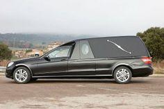 Vevicule funeraire CLASSIC MercedesBenz VF212. Le corbillard limousine CLASSIC est un véhicule personnalisable en un véhicule unique pour chaque client. bergadana.com France AUTOFUNER autofuner.com