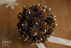 Aus Zapfen kann man wunderschöne, individuelle Weihnachtsanhänger oder Dekokugeln basteln. Die Zapfen können dazu in ihrer natürlichen Farbgebung belassen oder auch farbig bemalt werden. Als Schmuck z