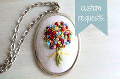 Solicitud elemento personalizado. Cosida mano bordada Wildflower Bouquet fieltro Collar colgante. Joyería bordado. Regalos para ella.