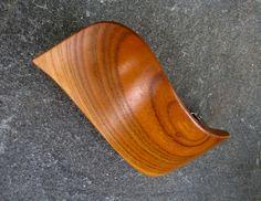 Spona+do+vlasů+-+broskvoň+Dřevěnáspona+je+vyrobená+klasickou+řezbářskou+technikou+z+broskvoňového+dřeva,+povrchová+úprava+šelakováním.+Charakter+dřeva+je+zachován.+Velikost+kovové+mechaniky+je+8+cm+a+je+lepená+a+šroubovaná.+Šířka+spony+je+cca+8+cm+a+výška+cca+4+cm.
