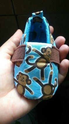Sapatinho de bebê em tricoline e feltro.
