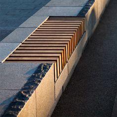 stoere hardhouten zitting geïntegreerd in stenen muur