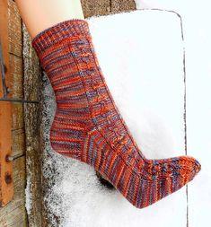 Bladranke. Skønne sokker med et mønster af blade, som ikke er svært at strikke. Der er diagram at følge. Strikket på pinde 2.