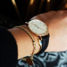 The Daniel Wellington watch with its interchangeable straps speaks for a classic and timeless design suitable for every occasion. Fancy Watches, Elegant Watches, Stylish Watches, Cool Watches, Watches For Men, Woman Watches, Daniel Wellington Watch Women, Jewelry Accessories, Fashion Accessories