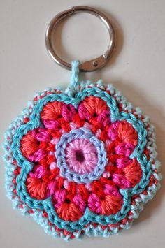Hier even een Keek op de Week Ik haakte een sleutelhanger voor de juf van Roan en Myrthe omdat ze een k. Love Crochet, Crochet Gifts, Crochet Motif, Beautiful Crochet, Diy Crochet, Crochet Flowers, Crochet Stitches, Crochet Patterns, Diy Haken