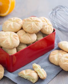 I biscotti all'arancia sono  frollini aromatici facili e veloci, perfetti da realizzare anche con i più piccoli di casa e ideali per la colazione. Hamburger, Cupcake, Bread, Cannoli, Cookies, Macarons, Food, Home, Biscuits