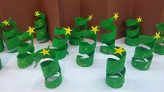 Bilderesultat for christmas tree made out of toilet paper roll Christmas Ornaments To Make, Christmas Crafts For Kids, Xmas, Toilet Paper Roll Crafts, Preschool Games, Christmas Activities, Arts And Crafts, Diy Projects, Brownies