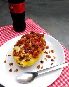 Batata cozida e recheada com queijo e bacon crocante (microondas) | COZINHANDO PARA 2 OU 1