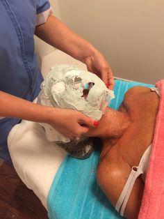 Ansiktsbehandling med gips mask