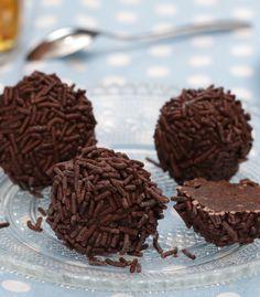rum balls - New Site Mini Desserts, Holiday Desserts, Dessert Recipes, Dessert Blog, Chocolate Cheesecake, Chocolate Fudge, Xmas Food, Christmas Baking, Caramel Fudge