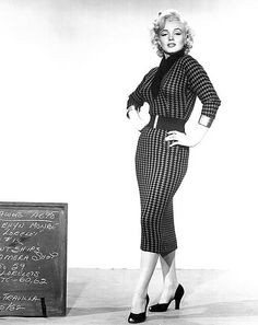 1950s fashion with Marylin Monroe in Gentlemen prefer blondes: suit, pencil/ wiggle dress. Gorgeous <3