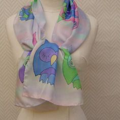 """Echarpe, étole, foulard soie multicolore """"chouettes et toiles d'araignée"""" peint à la main"""