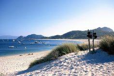 Playa de Rodas, la más conocida y con mayor longitud de las islas, fue la galardonada en 2002 como la mejor playa del mundo.
