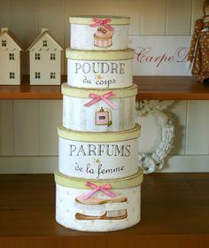 Bezauberndes und aufwändig von Hand bemaltes Boxen-Set im shabby Look in weiß mit beigen Deckeln, dezenten Motiven in rosé, braun und gold und farblic