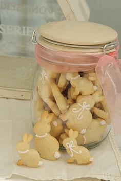 Hasie cookies vir jou my liefste meisekind   With Easter just around the corner, this is such a cute idea for a party! just bake your average butter or shortbread cookie, put some icing in a small ziplock, snip a bit of the corner, AND MAKE CLASSY BUNNY COOKIES