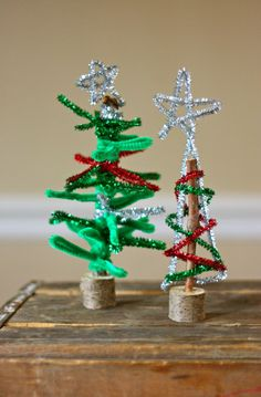 Pipe cleaner christmas trees for a kids craft Childrens Christmas Crafts, Preschool Christmas, Christmas Activities, Craft Stick Crafts, Holiday Crafts, Holiday Fun, Holiday Decor, Cool Christmas Trees, Christmas Tree Decorations