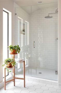 40 Modern Bathroom Tile Designs and Trends 40 moderne Badezimmerfliesen Designs und Trends Modern White Bathroom, Modern Bathroom Design, Bathroom Interior Design, Bathroom Grey, Bath Design, White Subway Tile Bathroom, Bathroom Mirrors, Bathroom Small, Minimal Bathroom