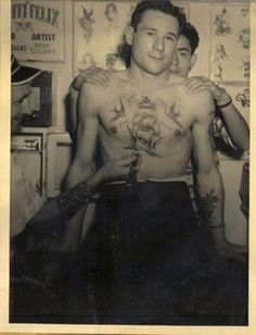 10 Awesome Vintage Tattoo Parlors From Around The World Old Tattoos, Life Tattoos, Ship Tattoos, Tattoo People, Tattoo You, Vintage Sailor, Vintage Men, Old Photos, Vintage Photos