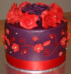 Violett-roter Kuchen mit Rosen