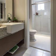 Quando a pia fica localizada na área externa do lavabo, uma possibilidade de compor o ambiente é combinar as cores com o restante da casa, e fazer uso de itens como plantas e castiçais na decoração. #decoração #banheiro #lavabo