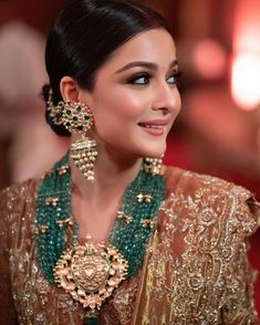 We are still obsessing over the magnificent details of this bride's makeup and #jewellery!😍😍 Indian Bridal Photos, Indian Bridal Outfits, Indian Bridal Makeup, Indian Bridal Fashion, Indian Bridal Wear, Wedding Looks, Bridal Looks, Wedding Dresses Pinterest, Indian Accessories