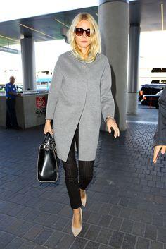 Gwyneth Paltrow. La actriz, con abrigo gris minimal, pantalones de raya diplomática y stilettos.
