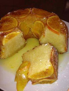 Bolo de laranja molhado (6 pessoas) 2 laranjas 150 g de manteiga 6 ovos 1 colher chã de fermento 250 g de açúcar 250 g de farinha 1 dl de leite calda: 2dl de agua 150 g de açúcar 1 dl de sumo de laranja Lave e corte as laranjas em rodelas. Num tacho ferva os ingredientes da calda e leve a cozer as rodelas de laranja. Depois de cozidas escorra em cima de um papel absorvente e reserve. reserve também a calda. Unte uma forma com margarina e polvilhe com açúcar. forre com as rodelas de laranja… Portuguese Desserts, Portuguese Recipes, Cocina Natural, Biscuits, Mediterranean Recipes, Homemade Cakes, Food Inspiration, Sweet Recipes, Food Porn