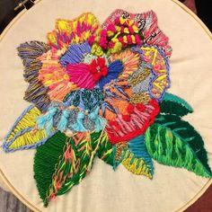 Ah y hablemos del bordado espectacular de la flor que hizo mi alumna seca @jojimenez en el Workshop de Bordado Creativo y Experimental si, primera vez que borda belleza