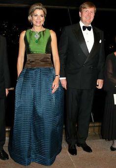 Am Abend des dritten Tages besuchen Máxima und Willem-Alexnader die Oper von Sydney. Dort trägt die Königin ein elegantes Aus-3-mach1-Ballkleid von Natan. Denn...