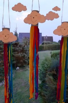 Rainbow wind chime - … what flutters in the wind? It& raining outside and everything is gray in gray? Preschool Crafts, Diy Crafts For Kids, Cow Craft, Cool Paper Crafts, Wind Chimes, Blog, Crafty, Projects, Rainbow Art