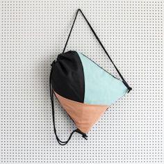 Liebevoll gestalteter Turnbeutel aus festem Stoff mit geometrischem Overlay-Muster in den Farben mint