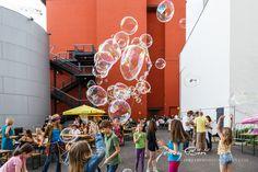 Riesenseifenblasen Workshop Bubble, Workshop, Blog, Fair Grounds, Neon Signs, Fun, Soap Bubbles, Kids, Atelier