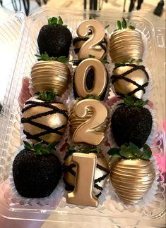 Chocolate Covered Treats, Chocolate Bomb, Chocolate Hearts, Chocolate Dipped, Strawberry Box, Strawberry Recipes, Christmas Hot Chocolate, Baking Business, Chocolate Covered Strawberries