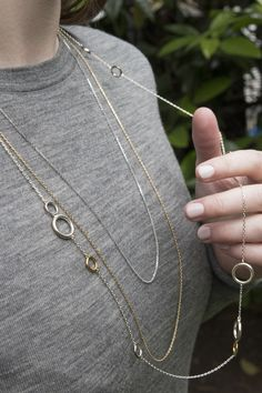 The last layer of necklaces combine length and width to broaden layers in a simple and delicate manner. Necklace Guide, Links Of London, Layers, Delicate, Necklaces, Chain, Simple, Rings, Jewelry
