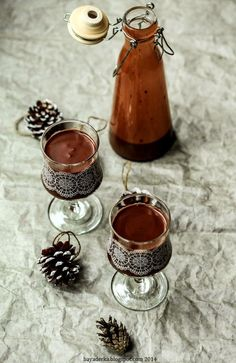 Pomysł na świąteczny, ale nie tylko, alkohol, który może ozdobić Wasz stół :-) Pyszny, gęsty intensywny czekoladowy likier z dodatki... Holiday Drinks, Party Drinks, Fun Drinks, Cocktails, Beverages, Chocolates, New Years Dinner Party, Ale, Cocktail Night