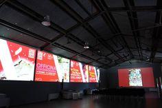 """MuSA - interno della sala, sui proiettori l'evento in corso """"Officina Contemporanea"""" foto Stefano De Franceschi - Cosmave"""