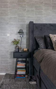 Stoere slaapkamer met grijs betonbouw | Stek Magazine