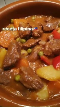 Es un plato típico de la cocina filipina que se prepara con estofado de carne de vacuno. Es un plato con influencia española (caldereta) pero con el toque filipino. #recetasfaciles #recetas #comidafilipina #filipinanmarket #gourmetmadrid #pinoyfood #gourmetbarcelona #platosasiaticos #videoreceta #kaldereta #gourmetespaña #filipinosbelike Comida Filipina, Filipino, Gourmet, World, Asian Side Dishes, Beef Stew Meat, Easy Recipes, Cooking, Filipino Recipes