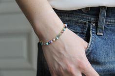 Bracelet multi-perles bleues.