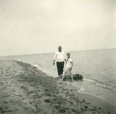 Tsarevich Alexei Nikolaevich e seu sailor babá Andrei Derevenko na praia da Dacha Dream em Yevpatoria em 10 de maio de 1916.