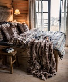 12 Winter Bedroom Design And Decoration Ideas To Get Maximum Warmth 8 Rustic Log Furniture, Design Bleu, Winter Bedroom, Style Loft, Log Home Decorating, Cozy Cabin, Scandinavian Home, Log Homes, House Rooms