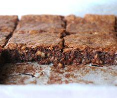 Cette recette est terriblement décadante. Ce brownie est ultra fondant tout en étant bien caramélisé et chocolaté, un vrai délice ! Biscuits, Le Cacao, Sans Gluten, Fondant, Brownies, Cake Recipes, Muffins, Cookies, Desserts