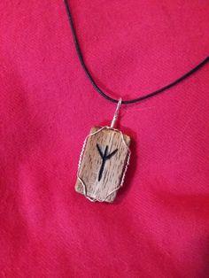 Diese Rune steht für Schutz. Viele Gefahren lauern auf dem Weg, doch Sie genießen inneren Schutz. Der Anhänger selbst ist aus Akazienholz…