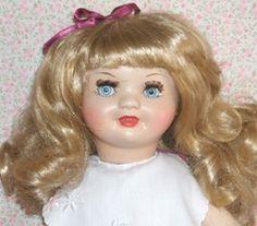 Antigua Muñeca española de celuloide. Ojos fijos y originales.En el cuerpo la marca ICSA.  Antique Spanish celluloid doll. originales. Glass  eyes and body ICSA marked .