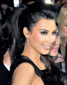 Kim Kardashian BIEN SOFISTICADO. Dale personalidad a tu look con este recogido alto, con volumen adelante. Es perfecto para lucir en una fiesta glam, porque es osado y, a la vez, muy chic.