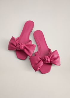Latest trends in our women's footwear collection: sandals, ballerina shoes, heels, boots and booties. Shoes Flats Sandals, Bow Flats, Flat Sandals, Fancy Shoes, Me Too Shoes, Sock Shoes, Shoe Boots, Cute Slippers, Mango France